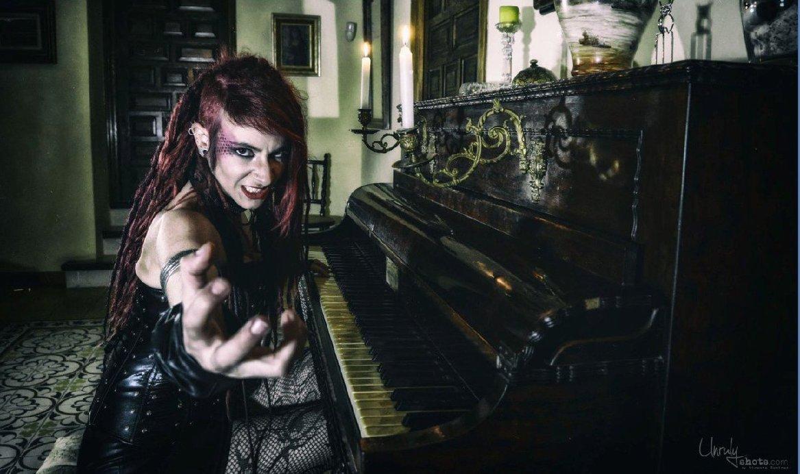 Estefanía Garcia, cantante de In Mute, tocando el piano en uno de los salones del siglo XIX