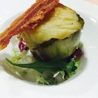 Alcachofa confitada con muselina de patata y panceta crujiente.