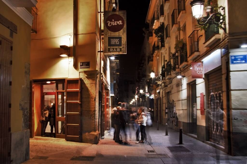 VivaTapasBar_Entrada_nocturna